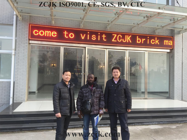 Cliente 20160115 de Uganda de la máquina del ladrillo de ZCJK (7)